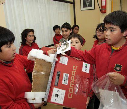 Hubiera sido fácil agregar una foto del celular de palo, pero el bit y la madera se volvieron a unir para la triste estafa de 2010 con veintitantos niños de Punta Arenas.