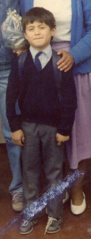 Este era yo en 1989, con ese mismo físico, rudeza y maldad fui capaz de romperle el zapato a mi primer amigo.
